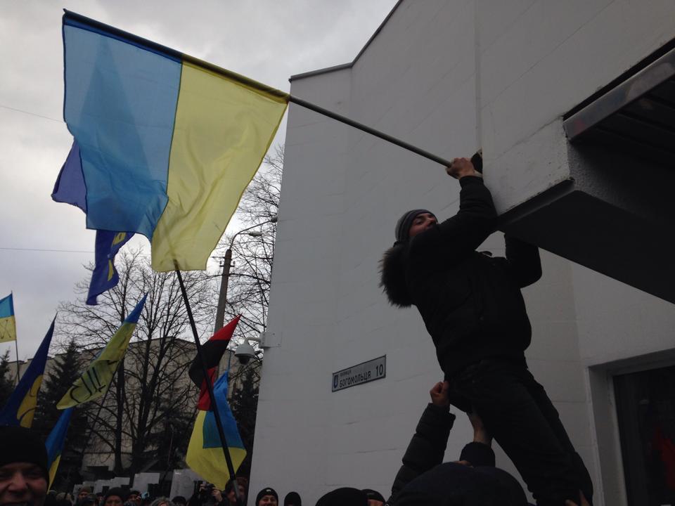 Активісти Майдану пікетують МВС і вимагають відставки Захарченка
