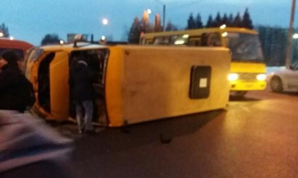 Во Львове столкнулись микроавтобус и маршрутка: есть пострадавшие