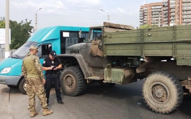 В Славянске военный Урал столкнулся с маршруткой: фото