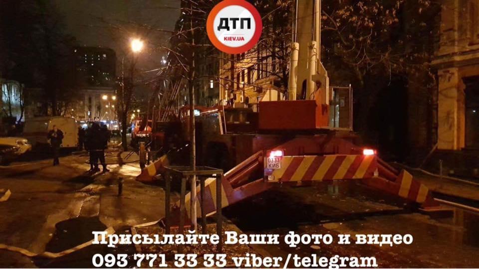 В центре Киева в жилом доме произошел масштабный пожар: фото