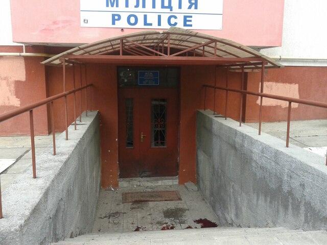 Во Львове возле милиции прогремело два взрыва, есть раненые: фото