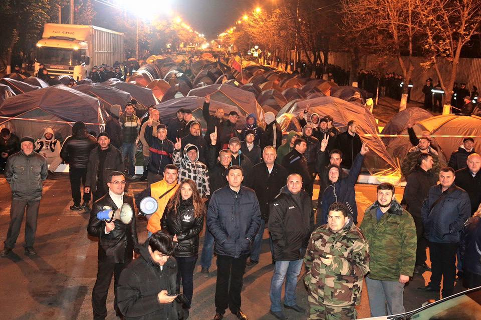 В Кишиневе противники президента перекрыли главный бульвар: фото