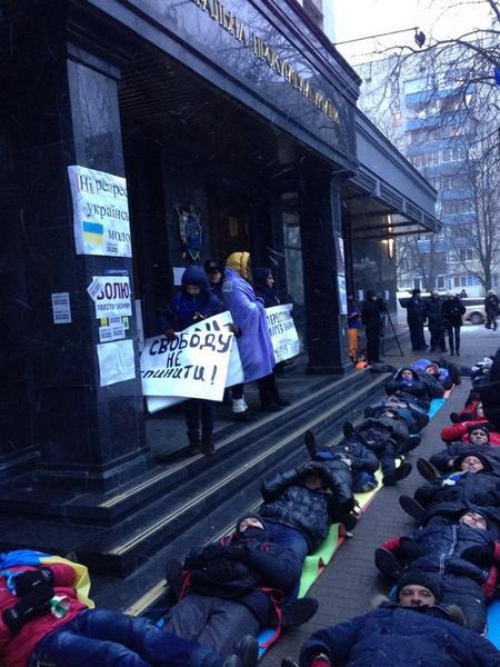 Под Генпрокуратурой - лежачий протест