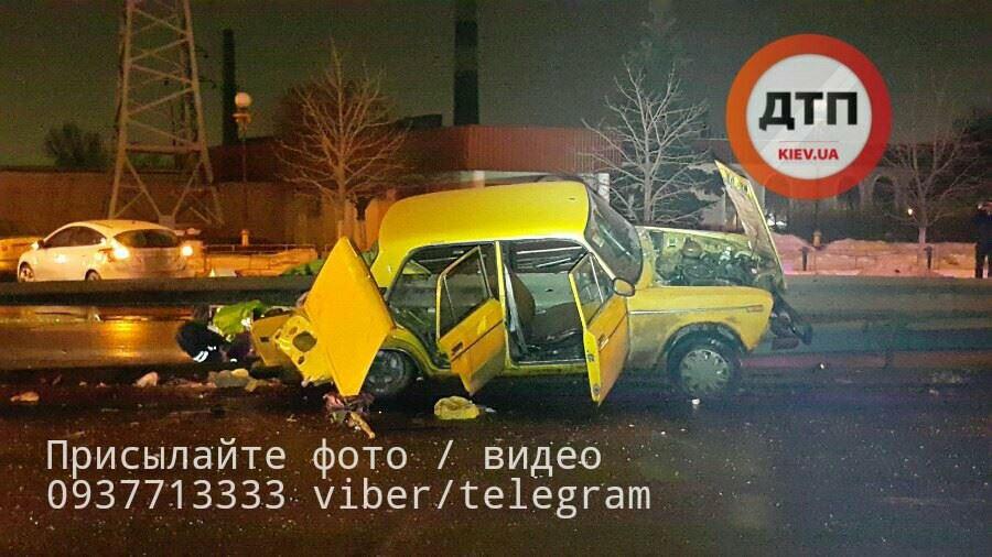 ВКиеве «ВАЗ» въехал вотбойник, шофёр умер наместе