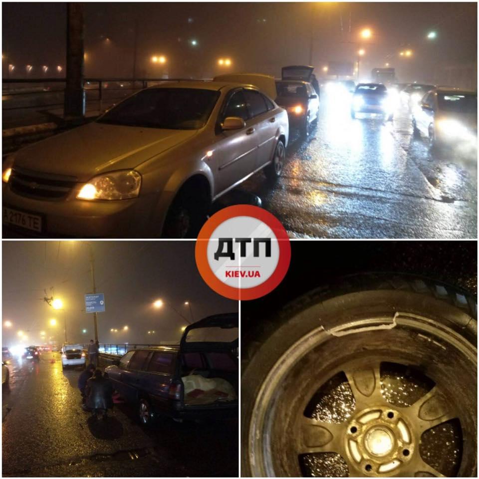 СМИ: на Шулявском мосту торчит арматура, стоят поврежденные авто