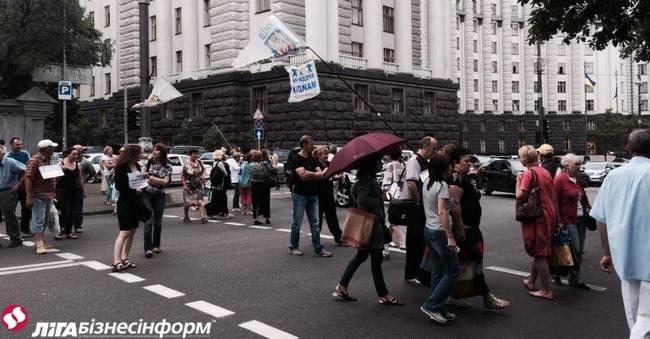 Несколько десятков человек перекрыли улицу Грушевского