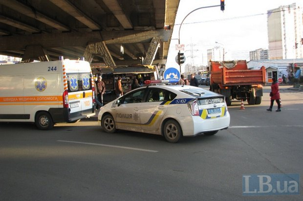СМИ: грузовик насмерть сбил женщину на Левом берегу Киева