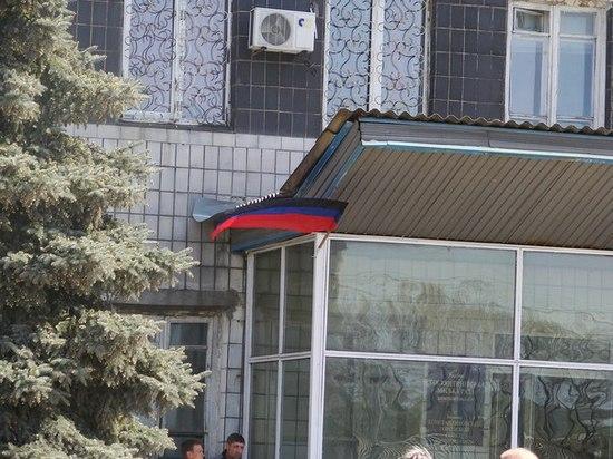 На здании исполкома в Константиновке водрузили флаг ДНР