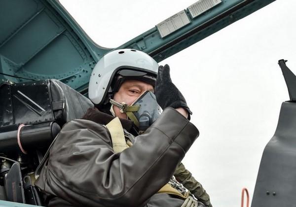 Порошенко совершил полет на Су-27 в Запорожье: фото