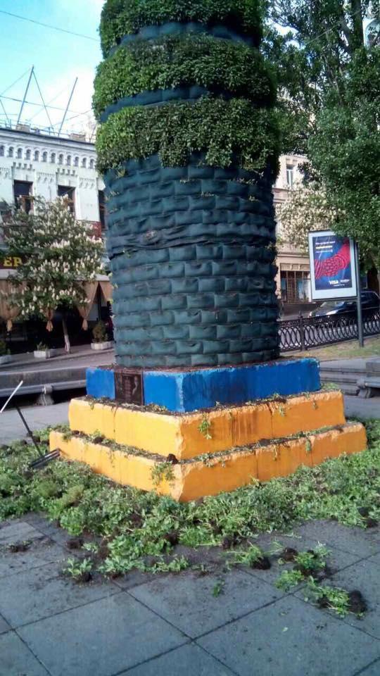 В Киеве повредили инсталляцию из трав на месте памятника Ленину