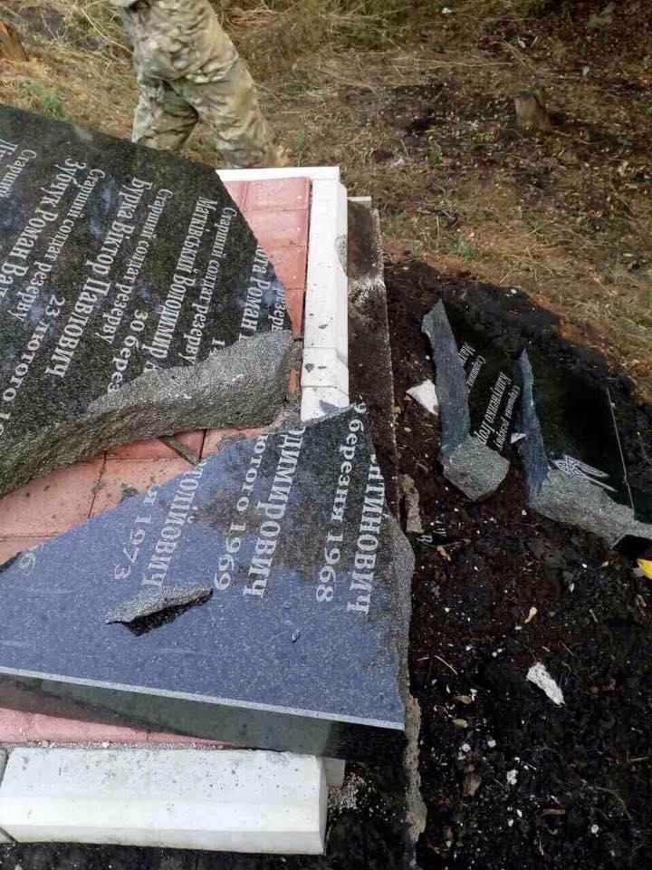 Неизвестные разрушили памятник воинам АТО под Бахмутом