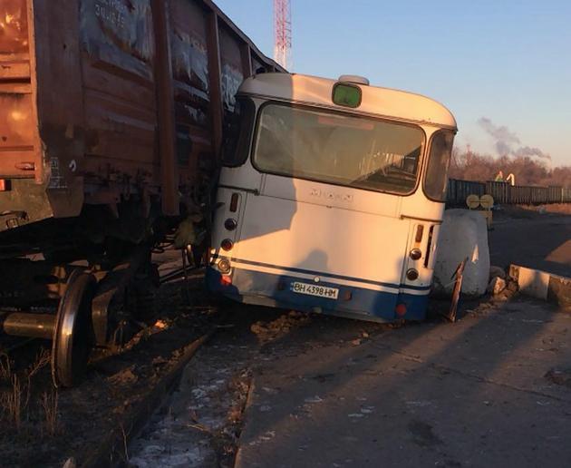 Под Одессой поезд столкнулся с пассажирским автобусом: фото