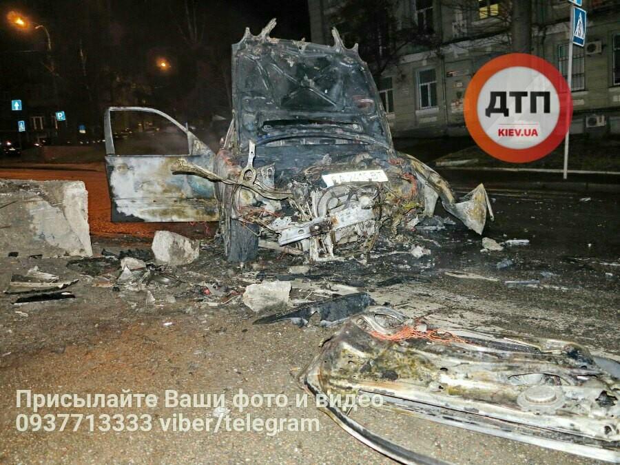 В Киеве разбилась и сгорела дотла иномарка: двое пострадавших