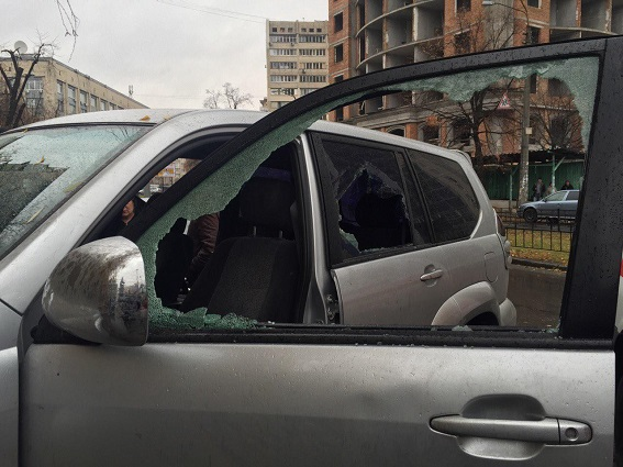 В Киеве четверо напали со стрельбой на хозяина внедорожника: фото