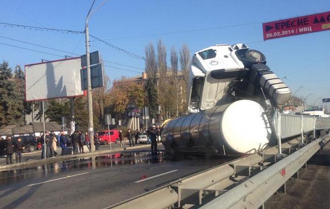 В Киеве на проспекте Победы перевернулся грузовик: фото ДТП