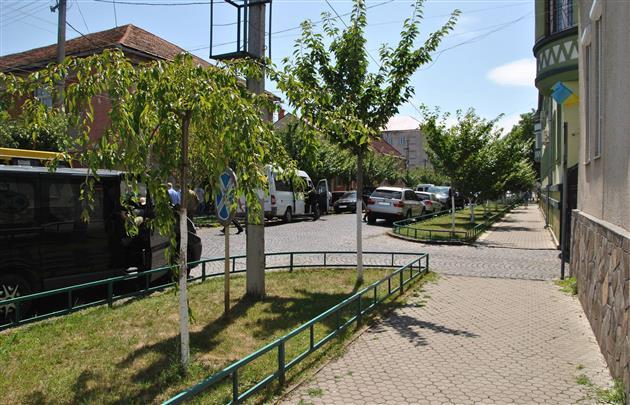 Ситуация в Мукачево спокойная, в небе - вертолеты: фото, видео