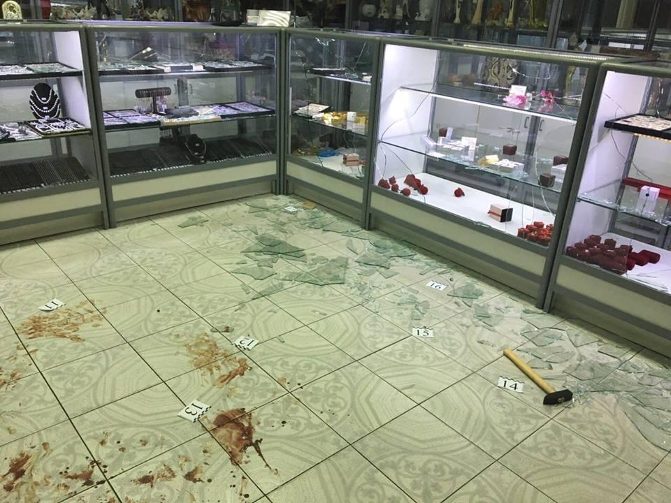 В Киеве двое неизвестных ограбили ювелирный магазин: фото