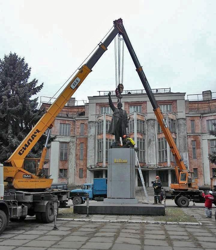 В Днепропетровске коммунальщики демонтировали памятник Ленину