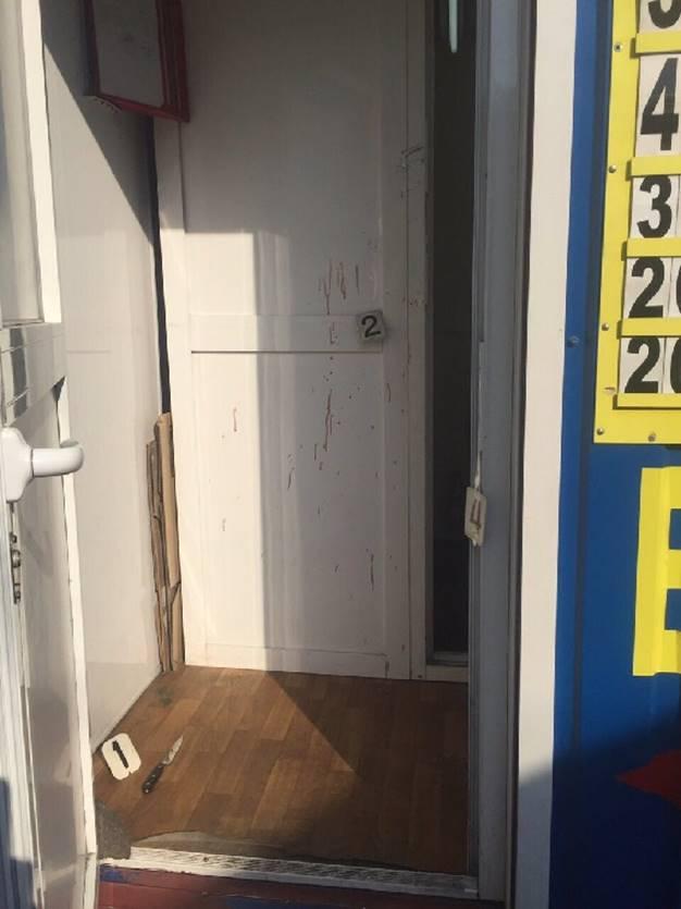 На Оболони женщина с ножом напала на кассира обменника: фото