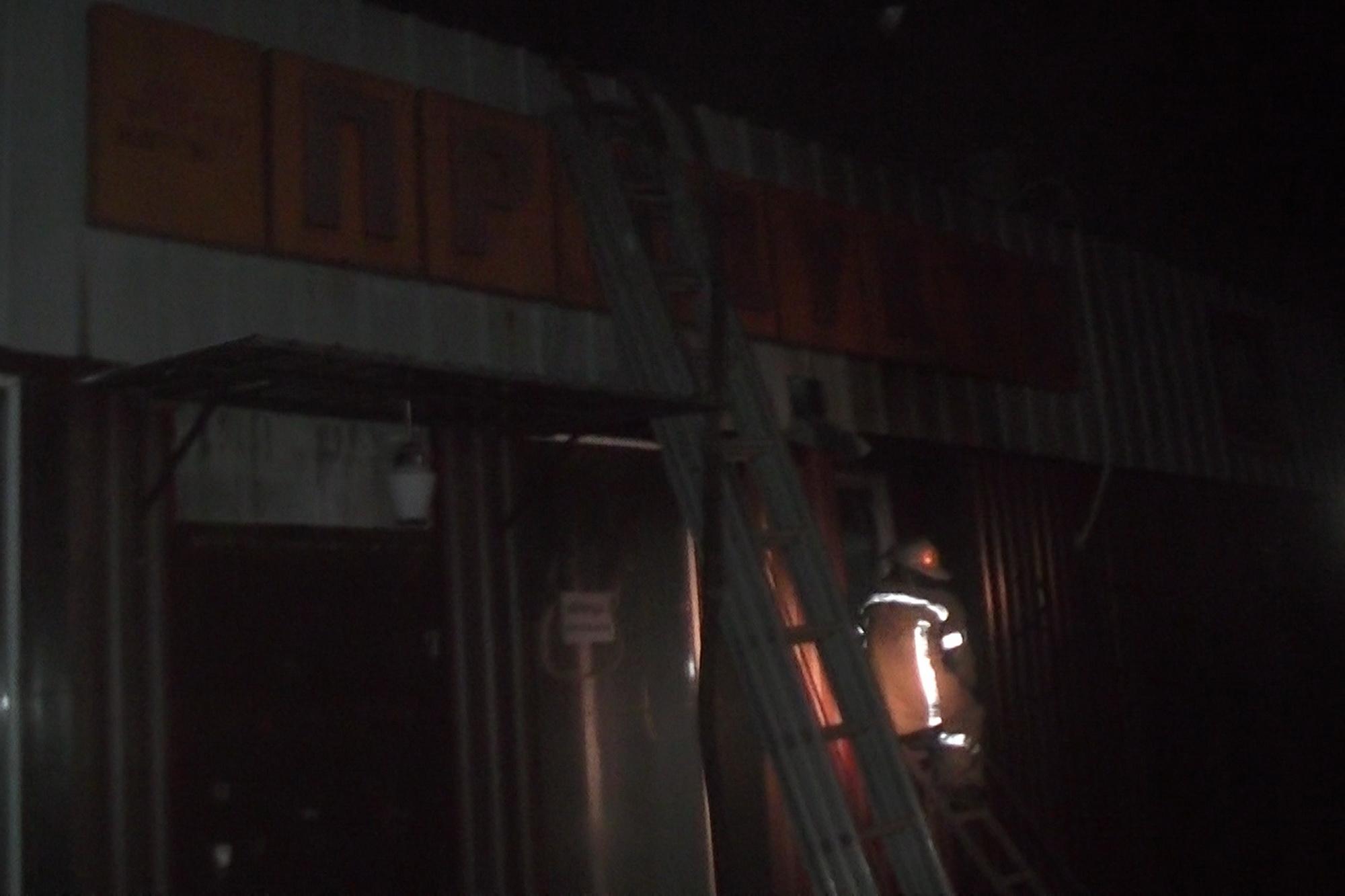 ВХарькове бросили коктейль Молотова вокно магазина