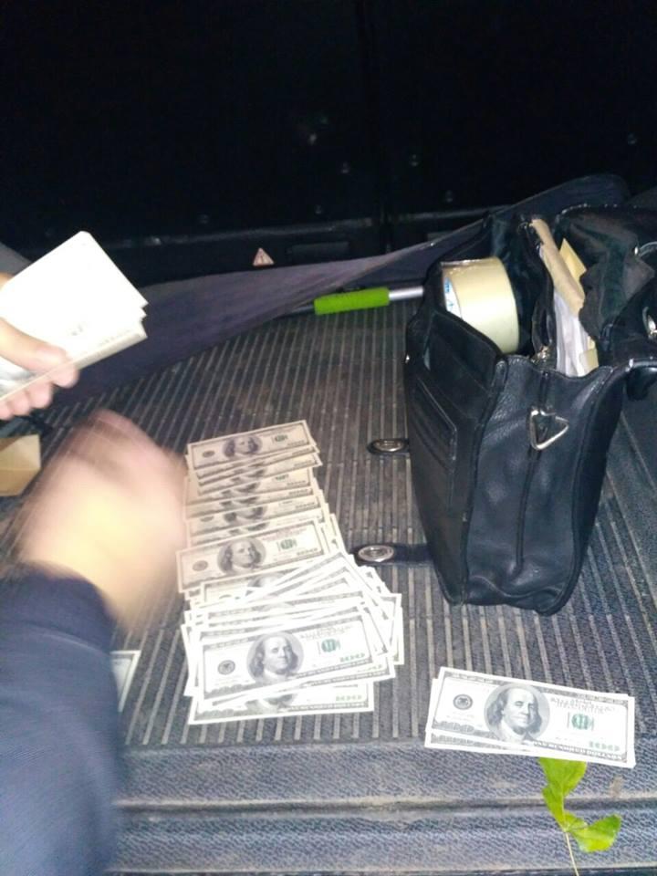 В Киеве мужчины пытались продать 20 тысяч фальшивых долларов