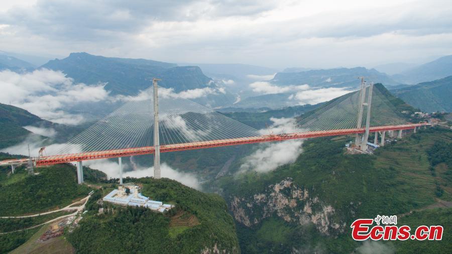 В Китае возвели самый высокий навесной мост: фото