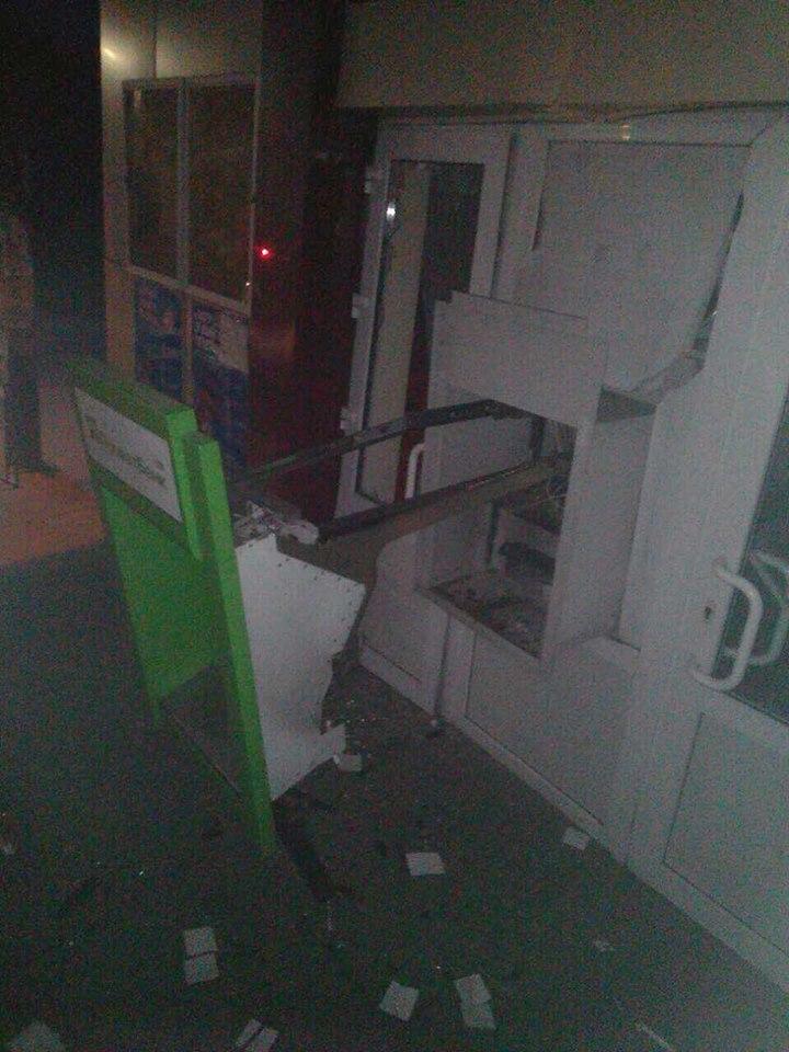 Под Харьковом люди в камуфляже ограбили банкомат, подорвав его