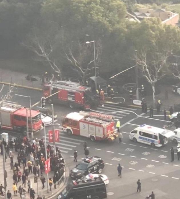 В Китае фургон въехал в толпу людей, есть пострадавшие: фото