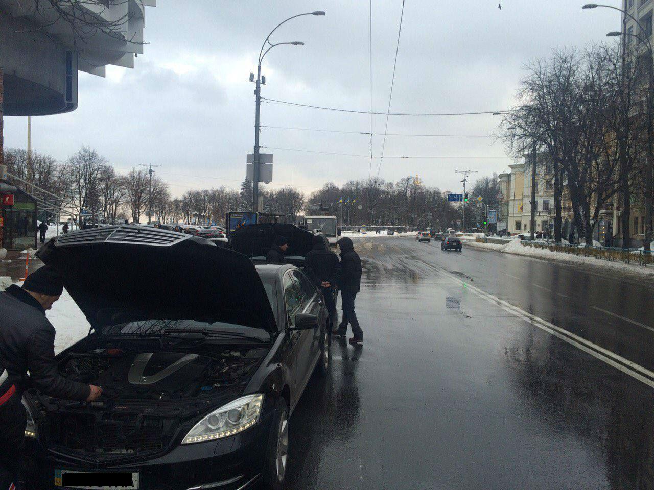 В Киеве полицейские сняли мигалки с двух люксовых авто: фото