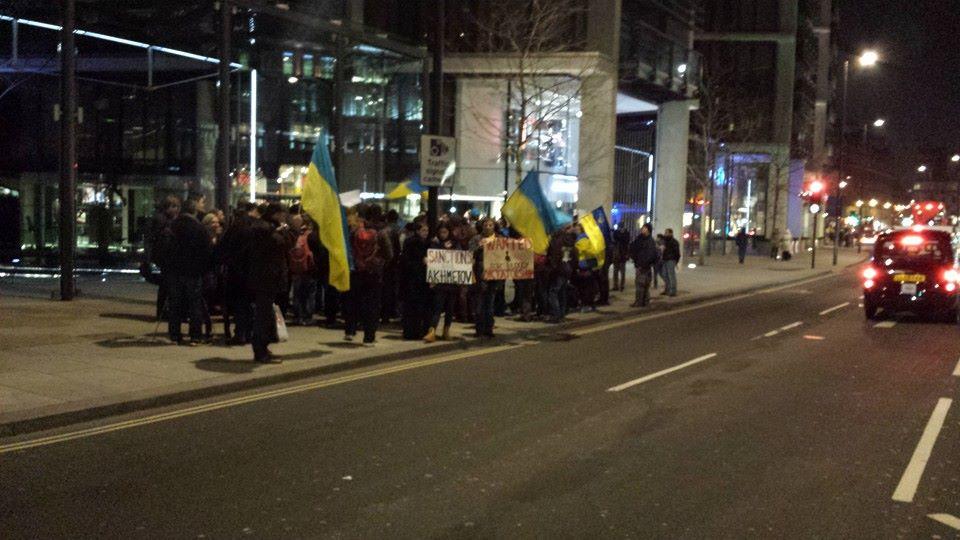Украинцы пикетировали дом Рината Ахметова в Лондоне