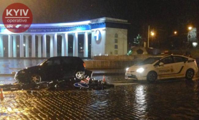 В Киеве снова протаранили памятник Героям Небесной сотни: видео