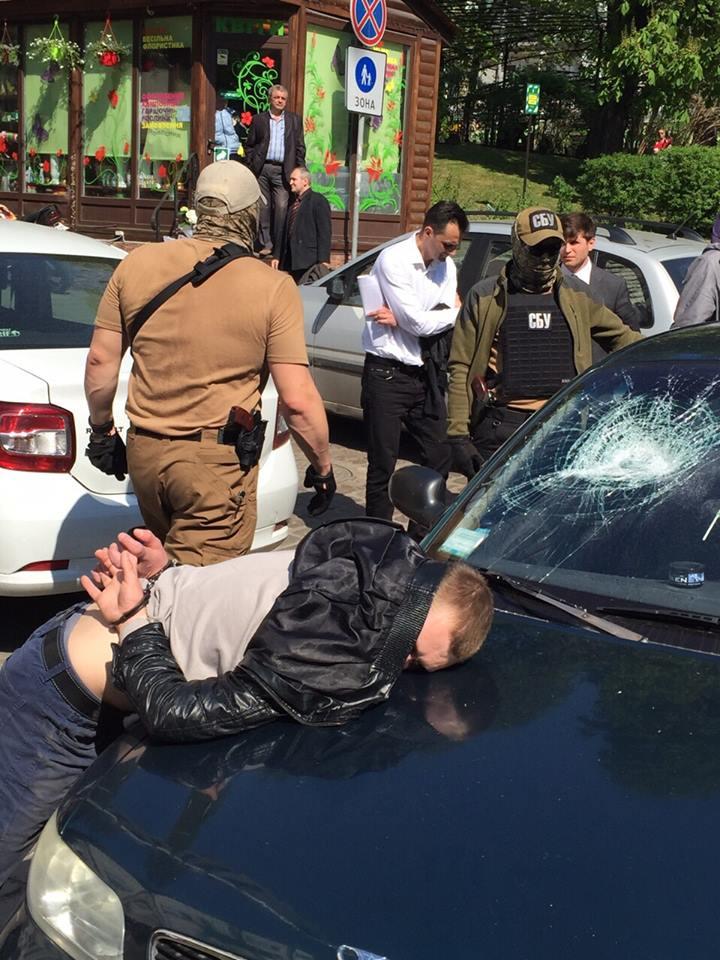 Двое киевских следователей подозреваются во взяточничестве: фото