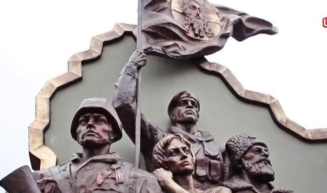Напротив бывшего здания СБУ в Луганске взорвали памятник боевикам