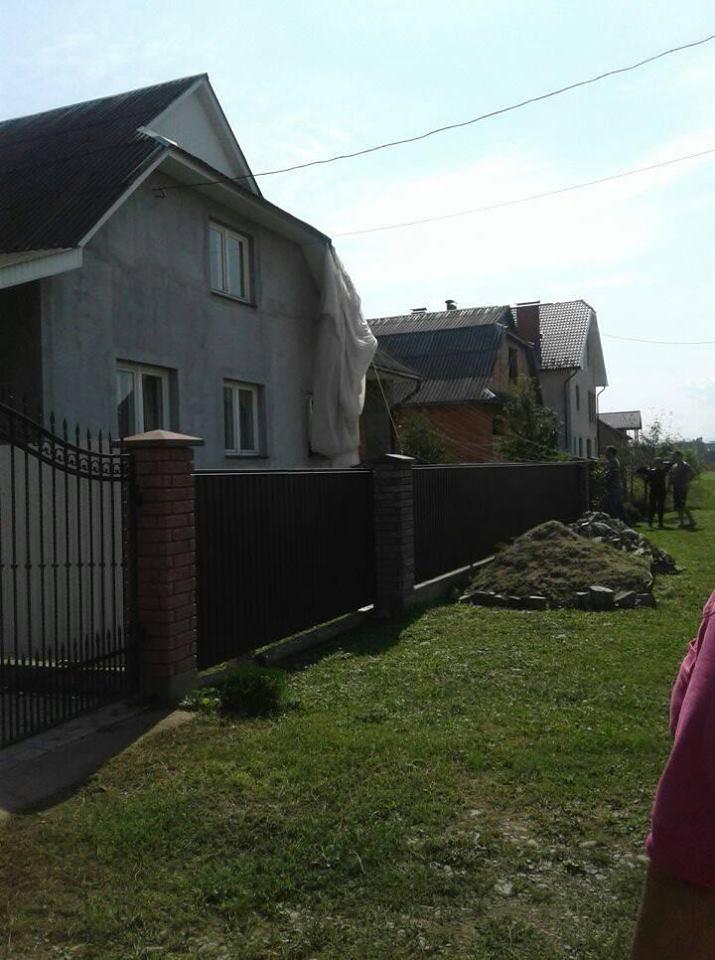 На ЛЭП и крышу дома: в Коломые неудачно приземлились парашютисты