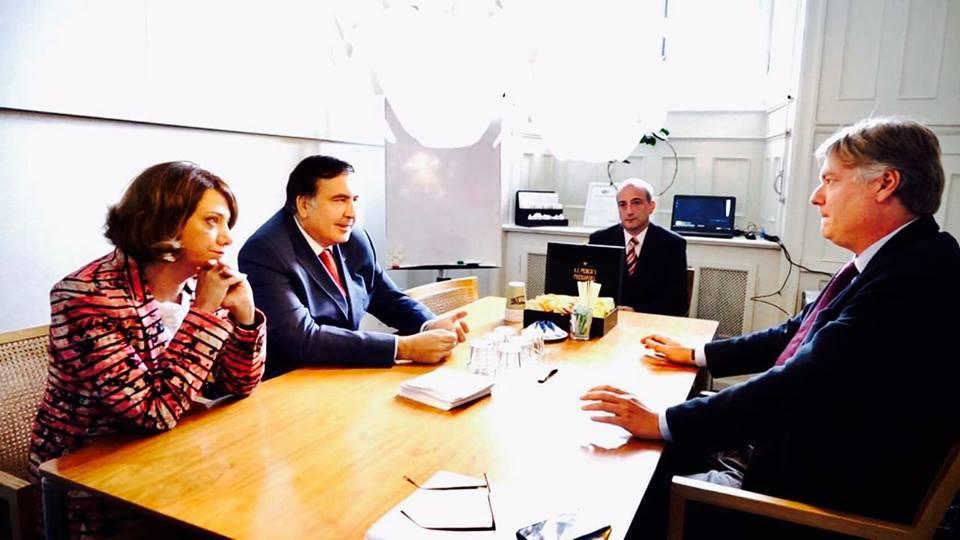 Саакашвілі стверджує, щоподорожує зукраїнським паспортом