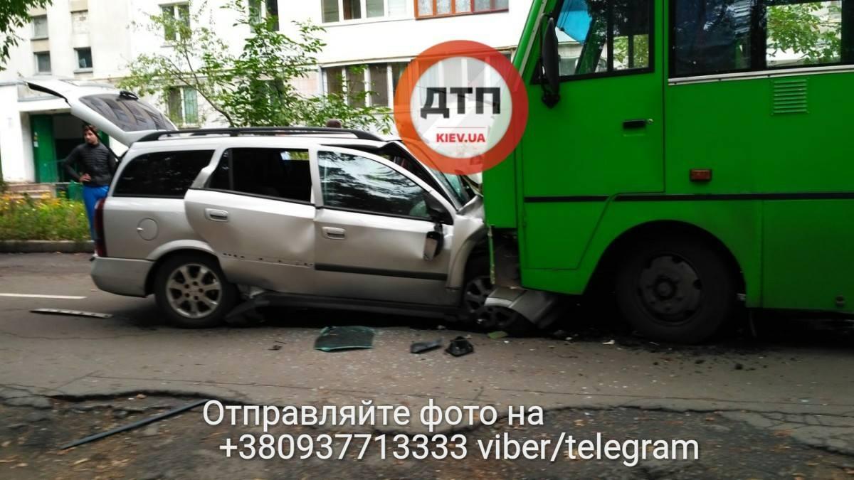 Под Киевом Opel столкнулся с маршруткой, трое погибших: фото