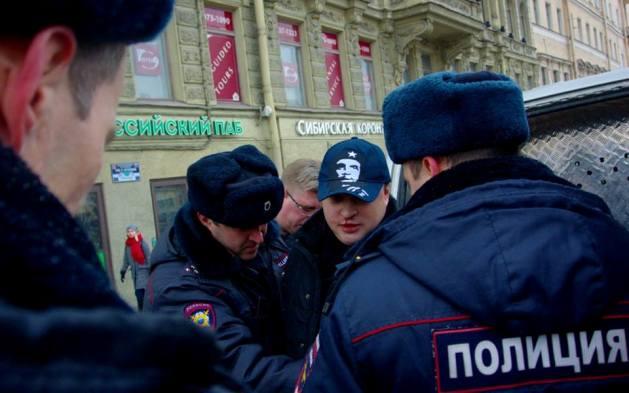 Одиночный пикет: в Питере напали на мужчину  с украинским флагом