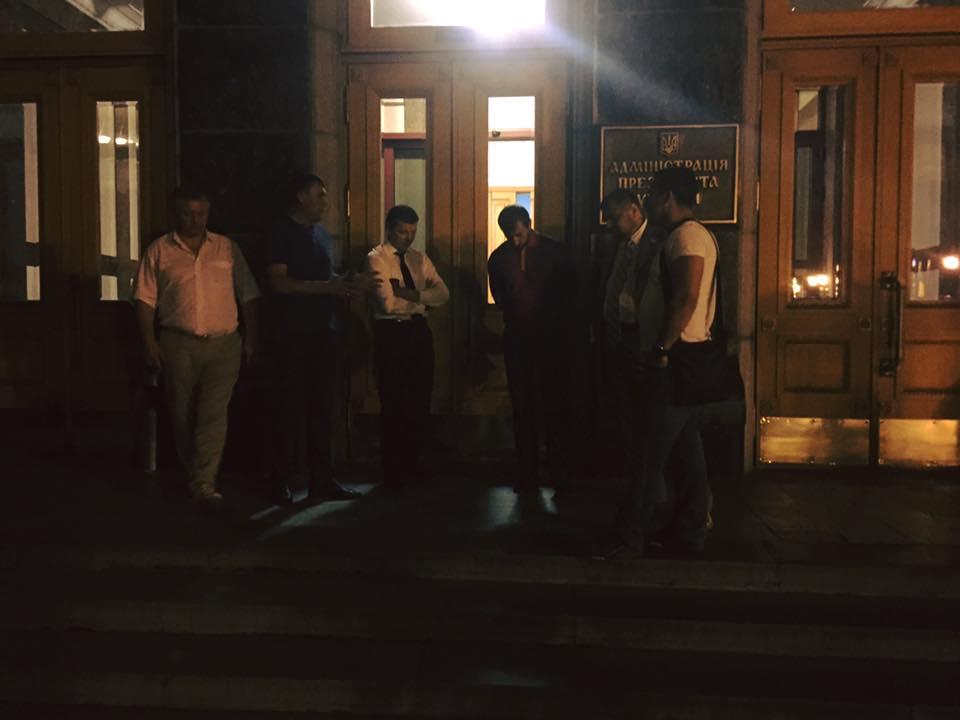 Депутаты Ляшко под стенами АП потребовали встречи с Порошенко