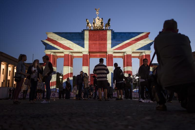 Бранденбургские ворота загорелись цветами флага Британии: фото