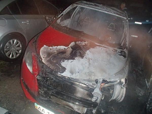 В Киеве на автостоянке подожгли автомобили