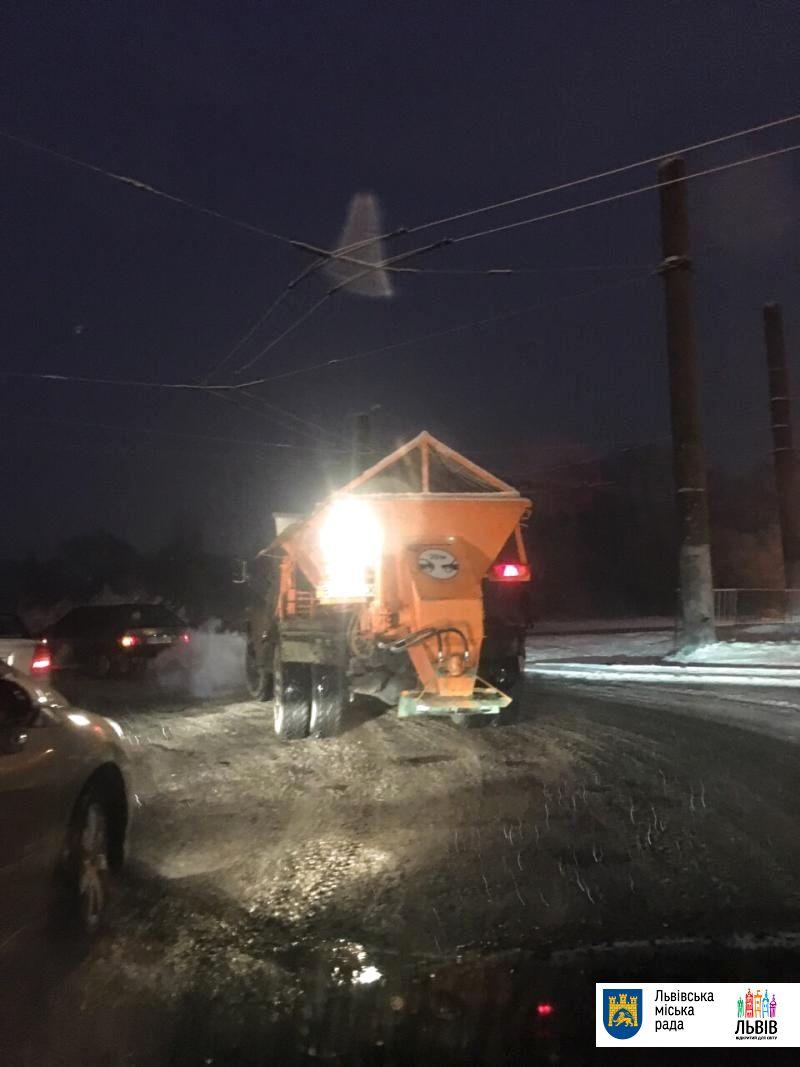 Непогода во Львове: снегоуборочная техника работает круглосуточно