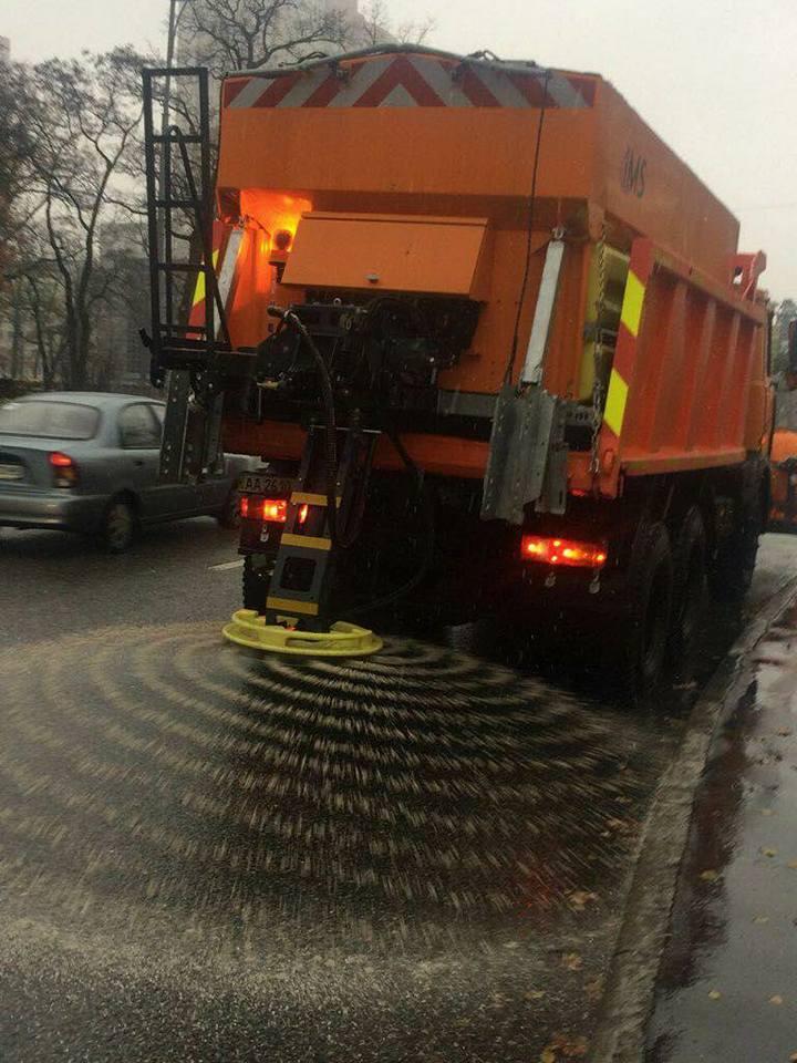 Из-за плохой погоды в Киеве начали посыпать дороги солью