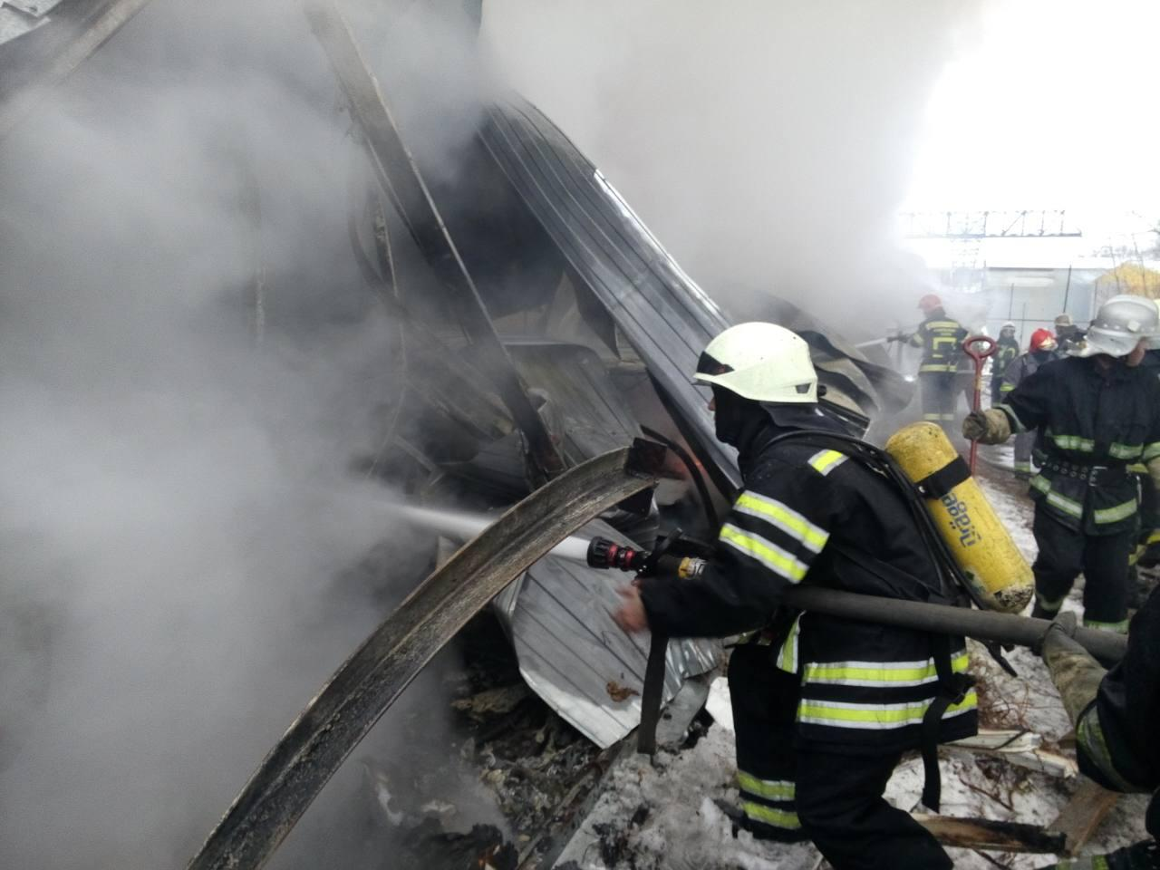 В Киеве на Подоле горел склад ГСМ: фото, видео