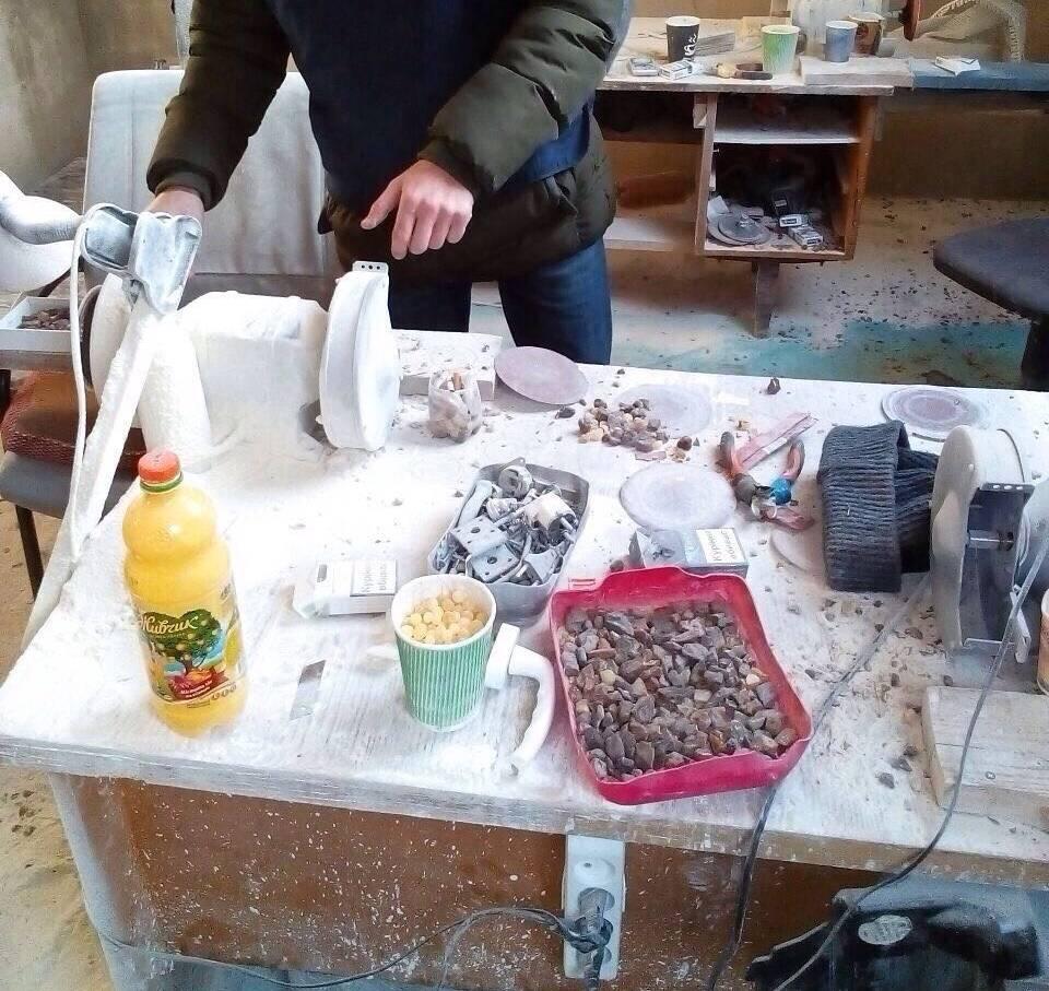 В Луцке из подпольных цехов изъято около 200 кг янтаря: фото