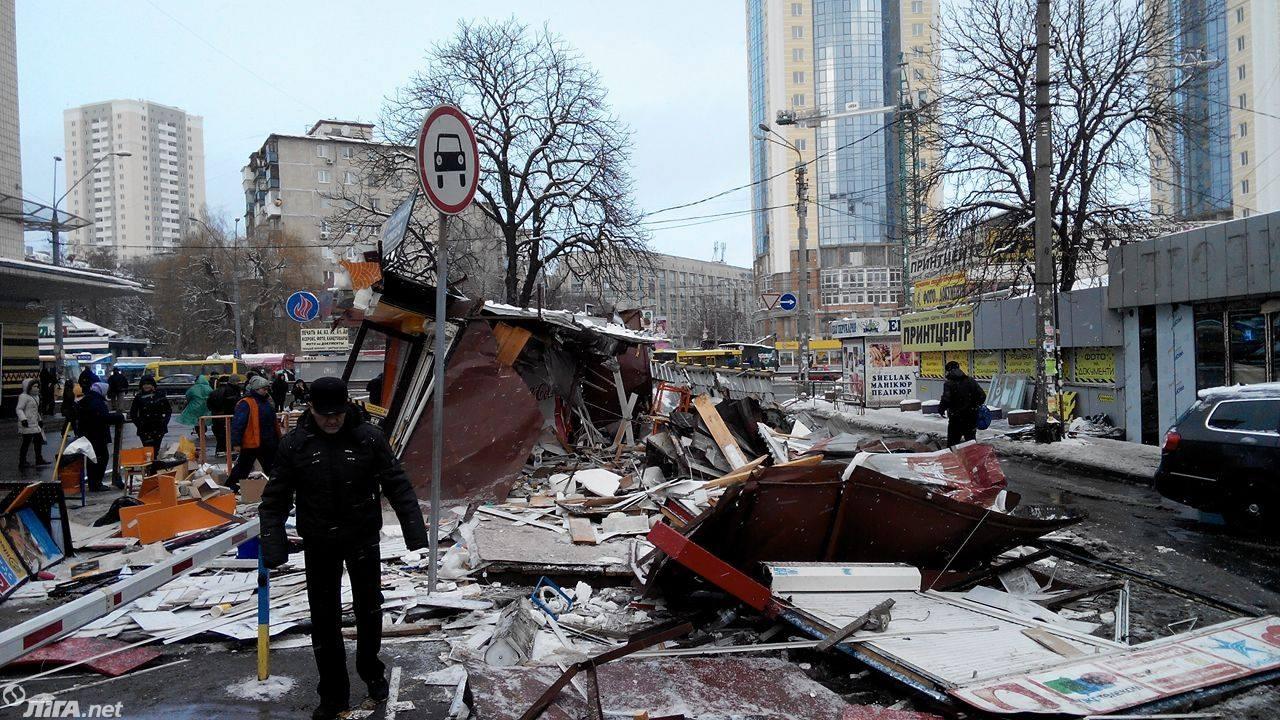 В Киеве снесены МАФы у метро Политехнический институт: фото