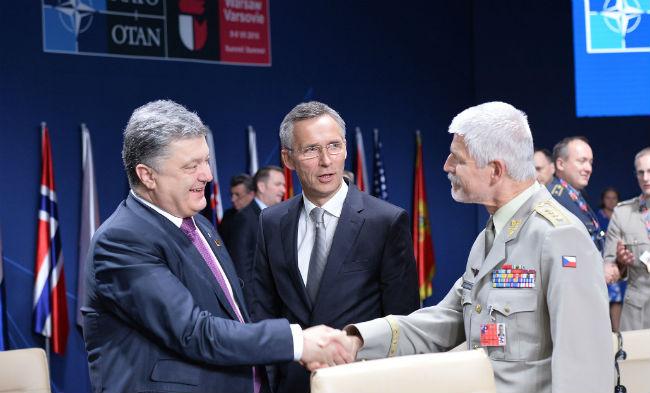 (слева направо) Президент Петро Порошенко, Генеральный секретарь НАТО Йенс Столтенберг и председатель Военного комитета НАТО Петр Павел приветствуют друг друга на заседании Комиссии НАТО-Украина в Варшаве, где руководители стран НАТО обязались оказывать дальнейшую поддержку Украине - 9 июля 2016 г. © NATO