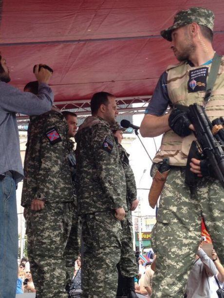В Донецке - митинг ДНР. На сцене вооруженные боевики